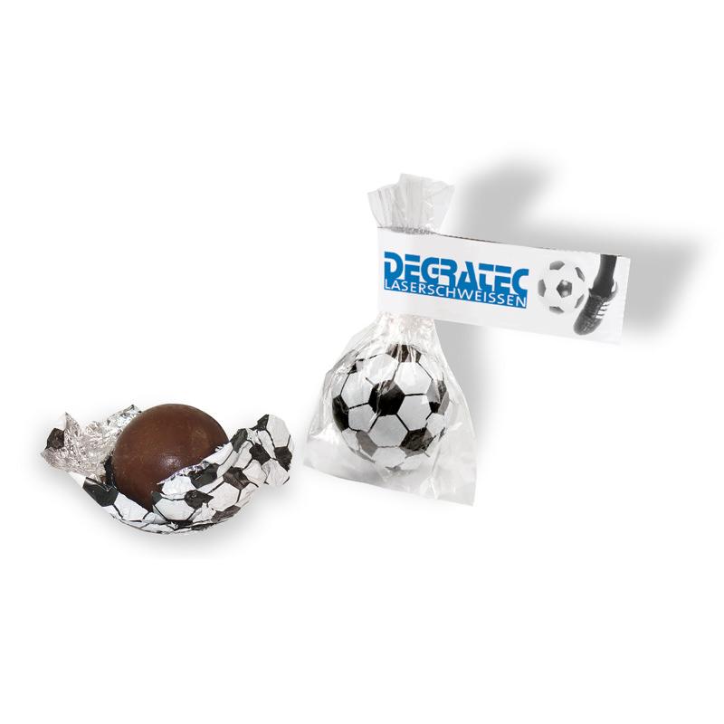 Süßer Fußball mit Werbefähnchen