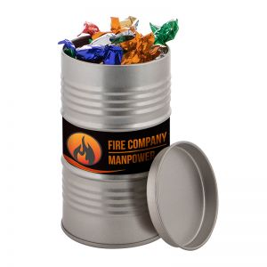 Ölfass befüllt mit metallic Bonbons und mit Werbe-Etikett